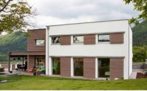 Energeticky pasívny dom s oknami MAKROWIN. Exteriérové tienenie zabezpečujú posuvné okenice s drevenými lamelami